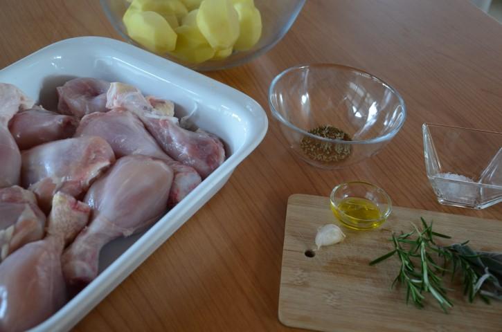 Foto pollo al limone con contorno di patate speziate