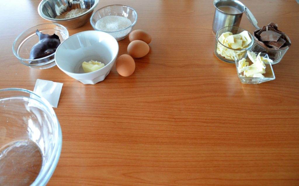 Torta ai tre cioccolati con fragole