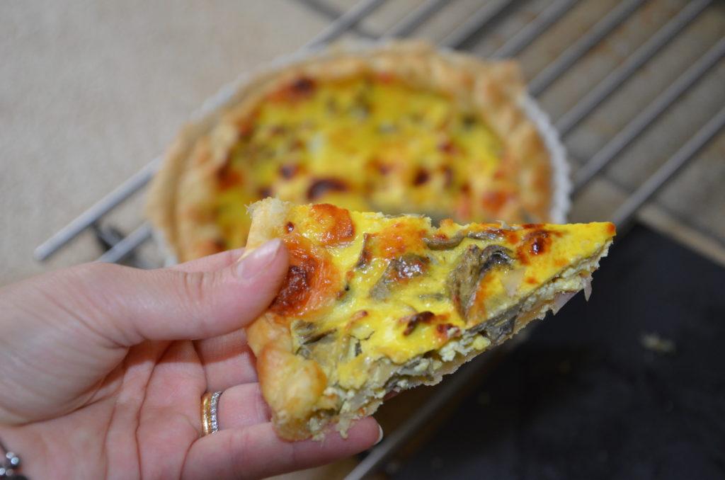 Torta salata con carciofi freschi di stagione e formaggio