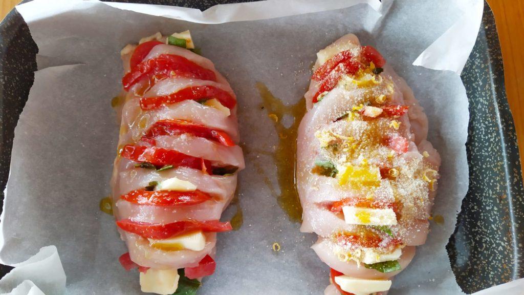 Petto di pollo al forno con mozzarella, pomodoro e basilico